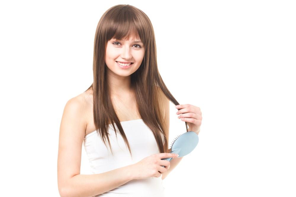 髪をとく女性